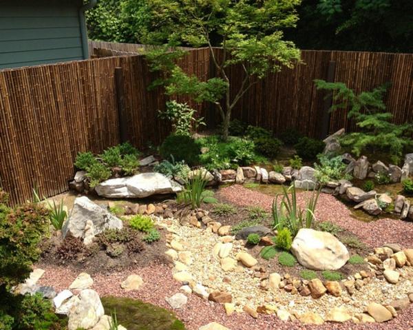 canisse-bambou-une-palissade-en-bambou-et-un-jardin-avec-gravier-naturel