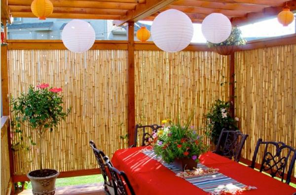 canisse-bambou-une-table-de-déjeuner-et-une-déco-de-lanternes-japonaises