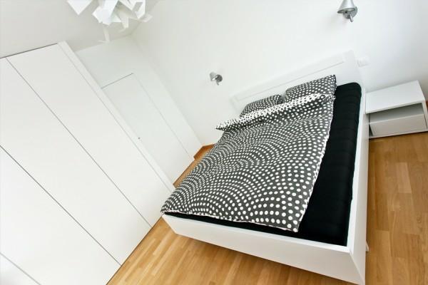 chambre-à-coucher-avec-une-platforme-en-blancet-un-garde-robe-avec-une-porte-coulissante