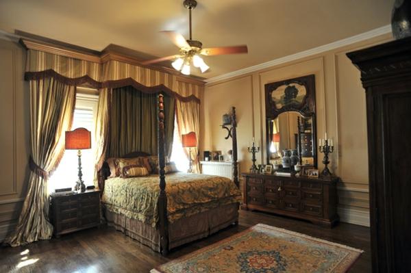 chambre-à-coucher-en-luis-xiv-en-bois-et-beige