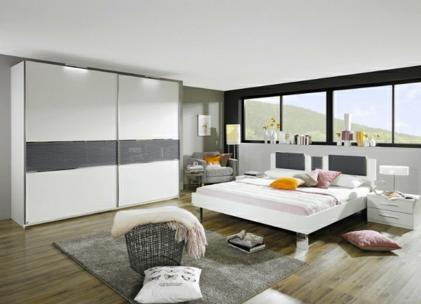 chambre-a-coucher-complete-en-blanc-et-avec-un-sol-en-bois