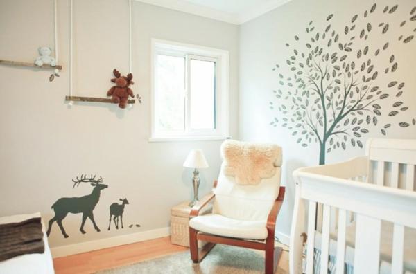 chambre-de-bebe-rêve-scandinave-avec-un-arbre-et-des-animeaux