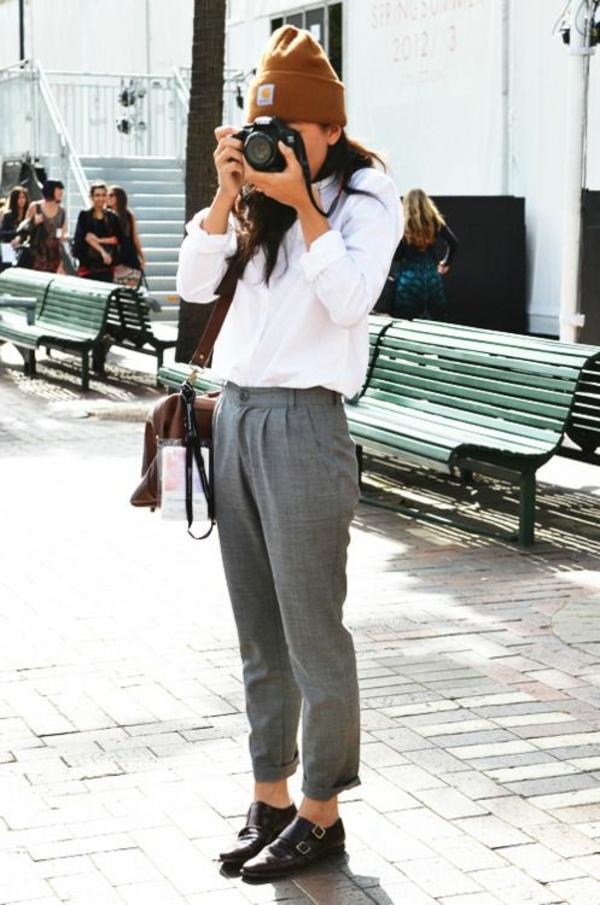 confortable-chemise-blanche-femme-avec-un-antalon-gris