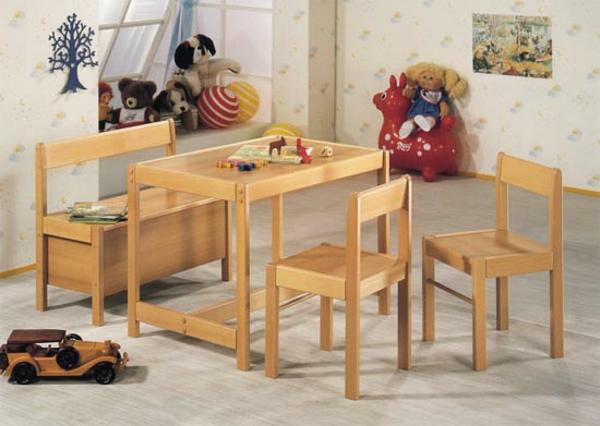 confortable-set-de-chaises-et-table-en-bois