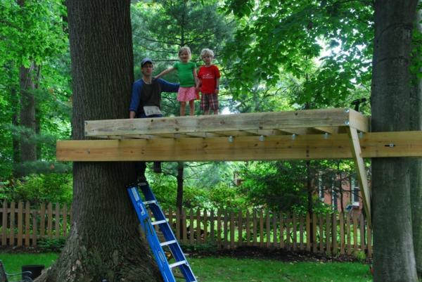 Fabriquer Une Cabane En Bois Dans Un Arbre : construire-une-maison-dans-les-arbres-avec-vos-enfants