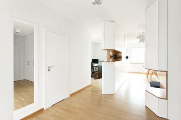 cool-design-en-blanc-pour-le-salonde-l'aviateur-avec-un-espace-grand-pour-le-salon-et-la-salle-de-séjour