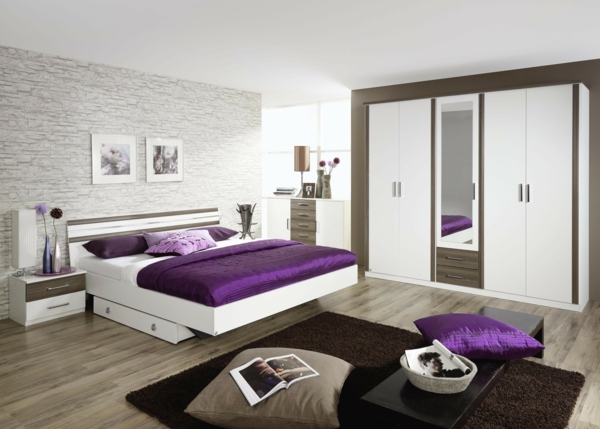 cool-design-pour-votre-chambre-à-coucher-et-des-drapeaux-en-violet