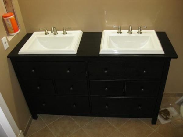 cool-douplex-lavabo-avec-un-armoire-en-noir-avec-des-toilettes