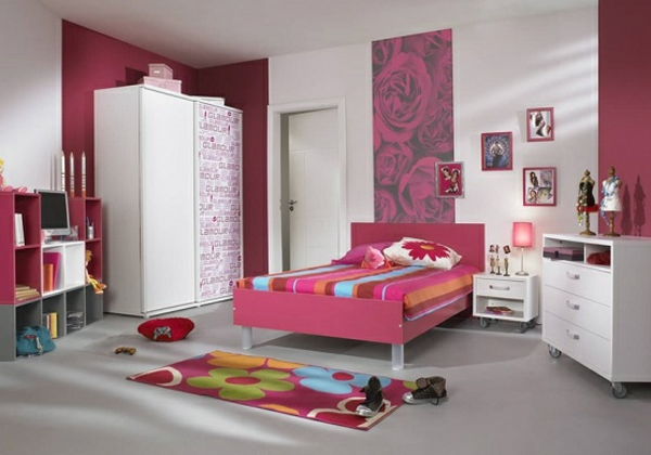 cool-idée-avec-un-paneua-mural-floral-avec-des-rose-et-sol-en-gris