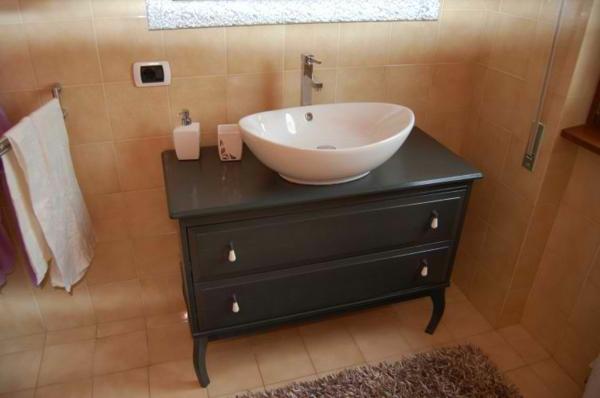 cool-idée-pour-petit-armoire-noir-que-vous-pouvez-utiliser-dans-votre-salle-de-bain