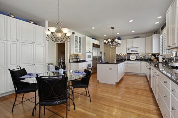 cuisine-ouverte-sur-la-salle-à-manger-cabinets-blancs-splendides