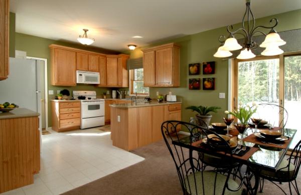 cuisine-ouverte-sur-la-salle-à-manger-carrelage-blanc-et-murs-verts