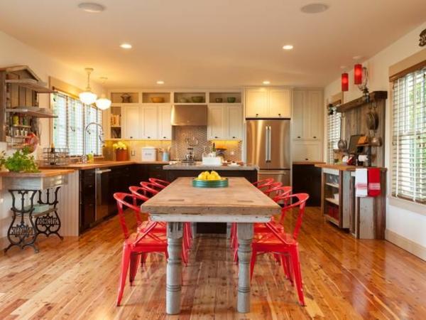 cuisine-ouverte-sur-la-salle-à-manger-chaises-rouges