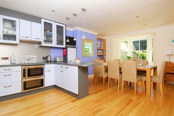 cuisine-ouverte-sur-la-salle-à-manger-design-joyeux-trois-lampes-pendantes