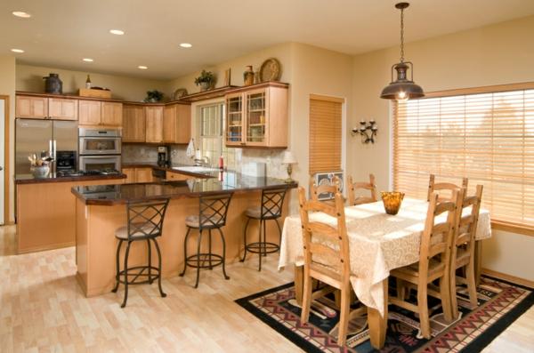 cuisine-ouverte-sur-la-salle-à-manger-mobilier-en-bois-et-lampe-pendante-industrielle