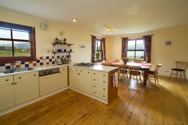 cuisine-ouverte-sur-la-salle-à-manger-sol-en-bois-et-carrelage-coloré