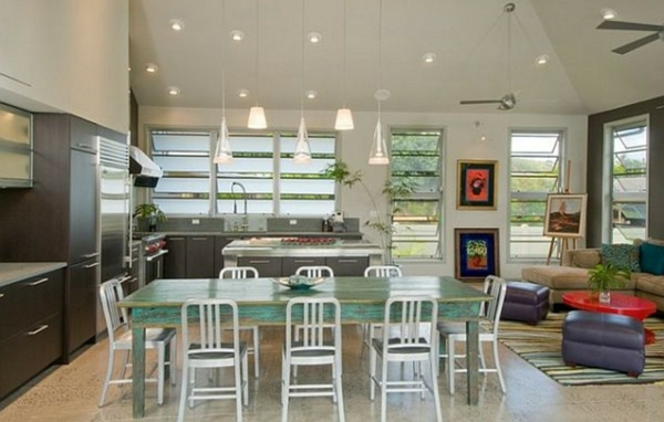 cuisine-ouverte-sur-la-salle-à-manger-table-vintage-en-bois