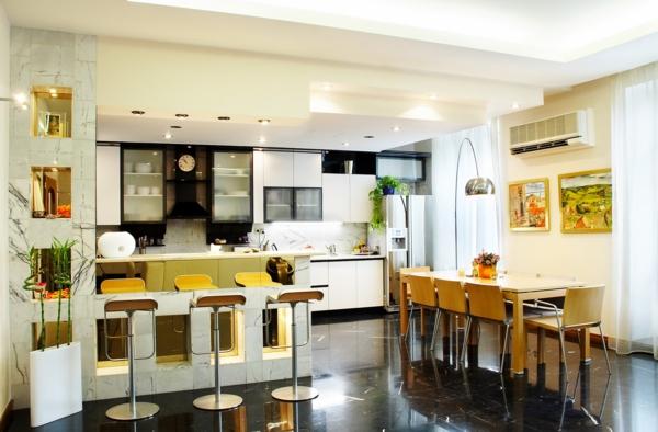 cuisine-ouverte-sur-la-salle-à-manger-tabourets-de-bar-jaunes-grande-lampe-sur-pied