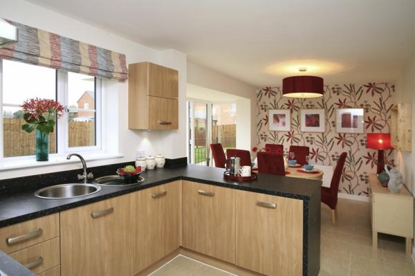 cuisine-ouverte-sur-la-salle-à-manger-un-mur-déco-chaises-rouges