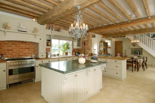 cuisine-ouverte-sur-la-salle-à-manger-un-plafond-vintage-et-un-lustre-chandelier