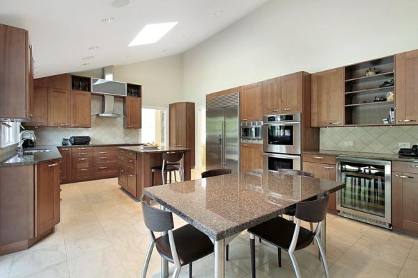 cuisine-ouverte-sur-la-salle-à-manger-une-table-à-plateau-marbré