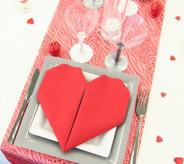 décoration-avec-des-serviettespour-la-table-de-st-valentin