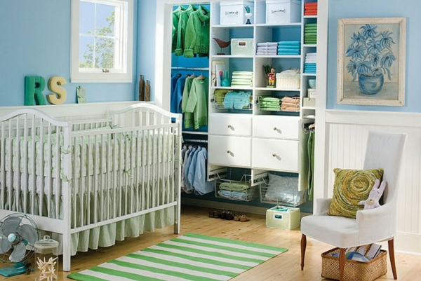 décoration-chambre-bébé-armoire-ouverte-décor-en-bleu-et-vert
