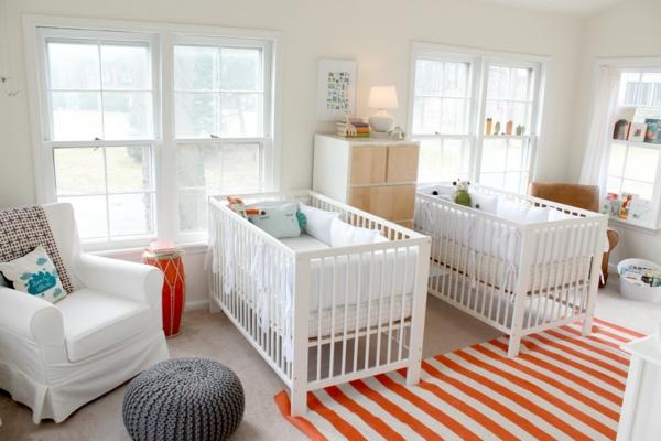 décoration-chambre-bébé-chambre-de-bébés-jumeaux-un-pouf-gris-tricoté