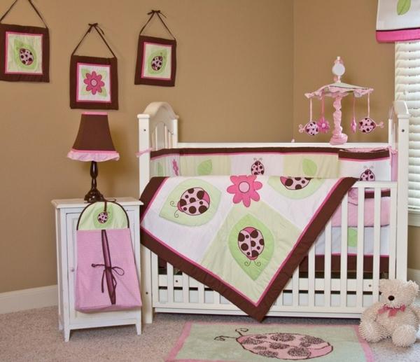 décoration-chambre-bébé-couette-de-lit-charmante