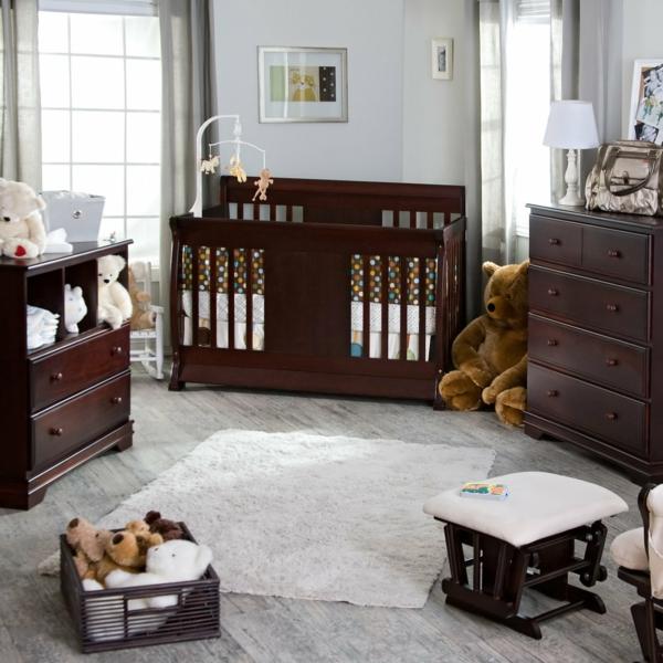 décoration-chambre-bébé-déco-avec-jouets-pendants-et-un-grand-ourson