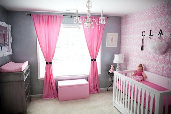 décoration-chambre-bébé-des-rideaux-roses-et-porte-manteaux-muraux