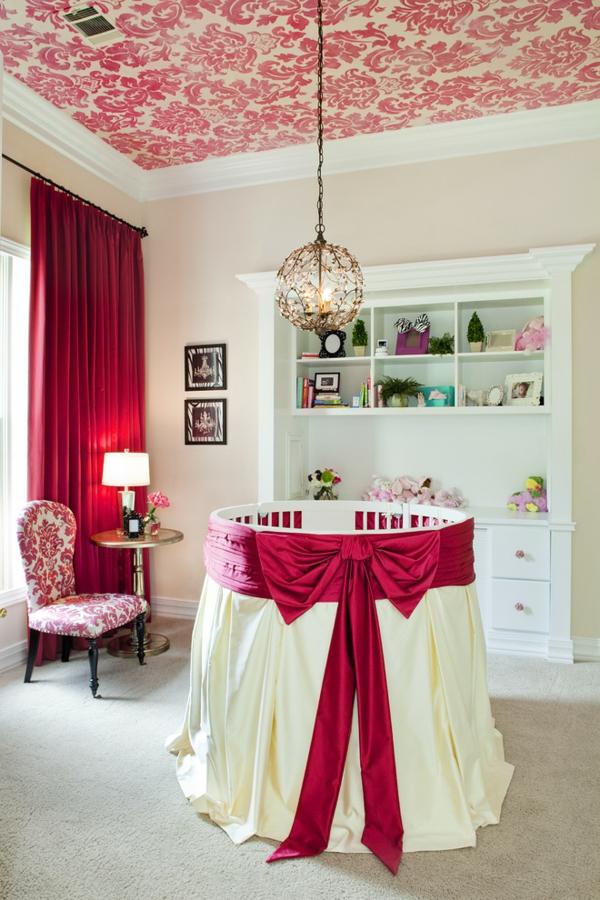 décoration-chambre-bébé-lit-bébé-rond-un-plafond-baroque