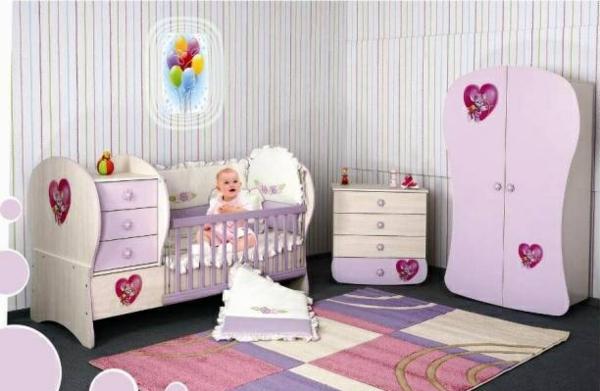décoration-chambre-bébé-motifs-lilas-et-meubles-uniques