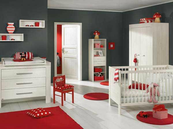 décoration-chambre-bébé-petits-tapis-rouges-une-petite-chaise-et-coussins-pointillés