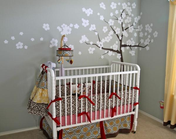décoration-chambre-bébé-sticker-arbre-charmant