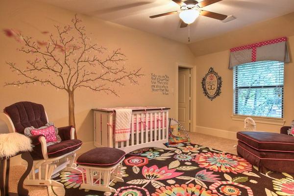 décoration-chambre-bébé-tapis-bariolé-et-un-sticker-arbre