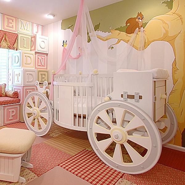 décoration-chambre-bébé-un-lit-carrosse-et-lettres-décortaives