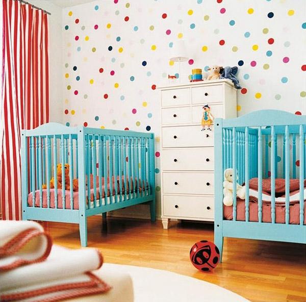 décoration-chambre-bébé-un-mur-fantastique-deux-lits-bleus-en-bois