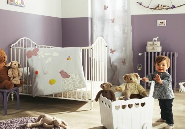 décoration-chambre-bébé-un-rideaux-papillons-une-boîte-de-jouets