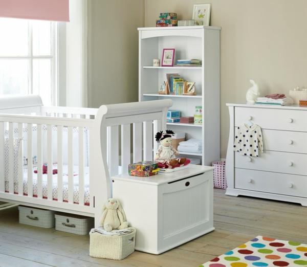 décoration-chambre-bébé-un-tapis-pointillé-et-mobilier-blanc