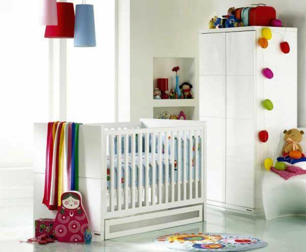 décoration-chambre-bébé-une-armoire-blanche-lampes-pendantes-colorées