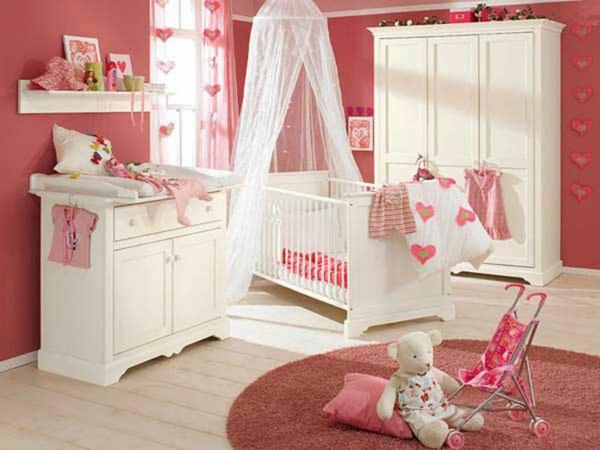 décoration-chambre-bébé-une-chambre-rose-et-équipement-bois-peint-blanc