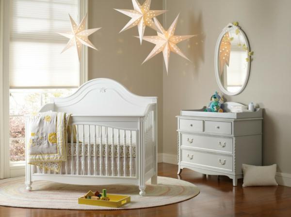 décoration-chambre-bébé-vintage-mobilier-blanc-et-lampes-pendantes-uniques