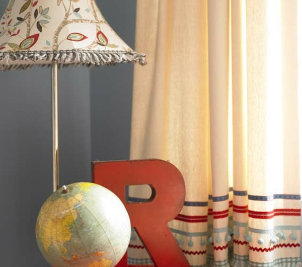 des-rideaux-avec-des-rayeurs-et-une-table-rouge-et-une-lampe