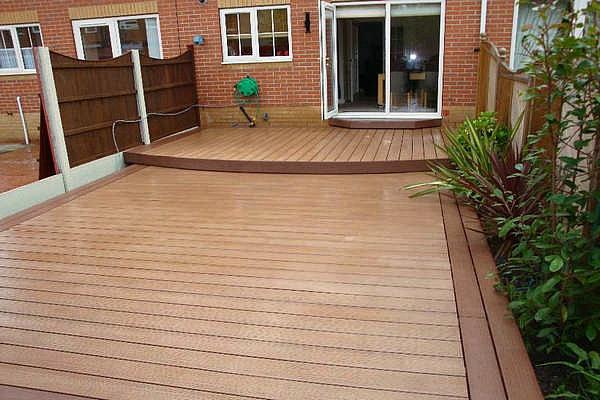 design-d'extérieur-terrasse-en-bois-composite