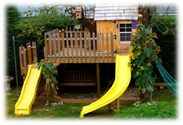 deux-chutes-jaunes-en-bois-et-une-maison-classique