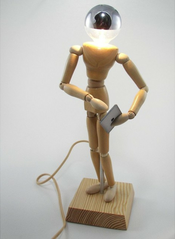eclectic-table-lampe-forme-homme-en-bois