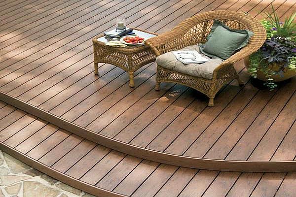 fauteille-de-rotin-et-terrasse-en-bois-composite