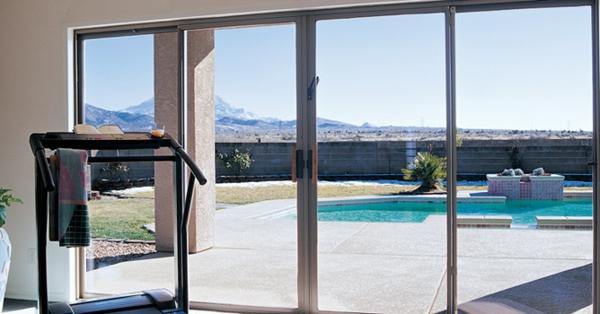fitness-intérieur-dans-le-salon-et-unregard-unique-vert-le-jardin-avec-les-portes-coulissantes-vintées