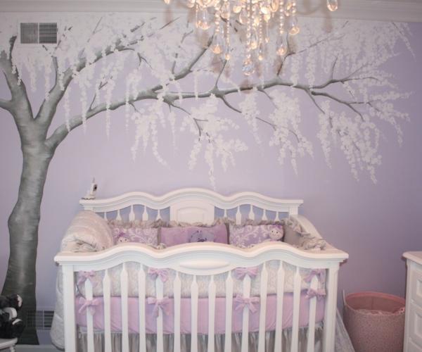 gotique-idée-pour-le-lit-de-bebe-avec-stickers-pour-la-chambre-de-bebe-avec-un-arbre